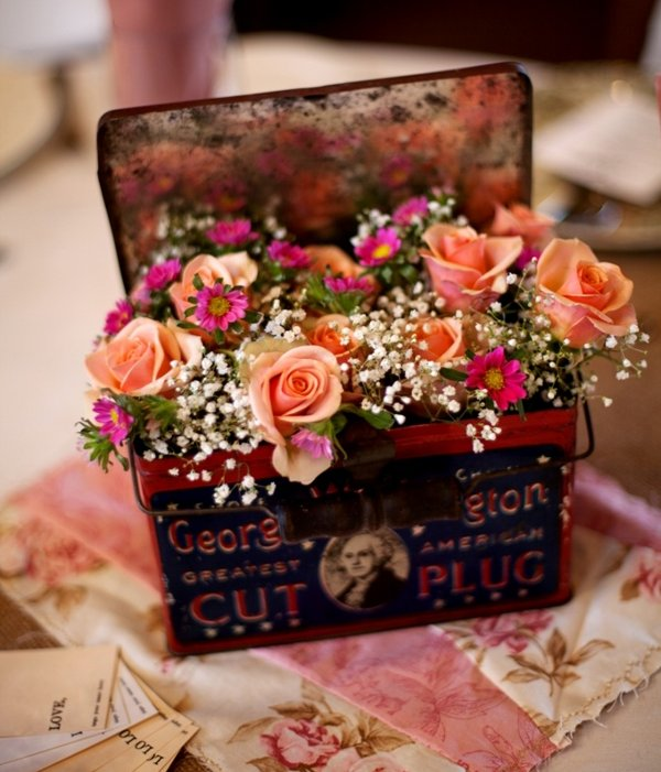 All those old tin cans that are rusting away in your back yard need are one sanding and a coat of paint away from becoming the perfect flower centrepiece!