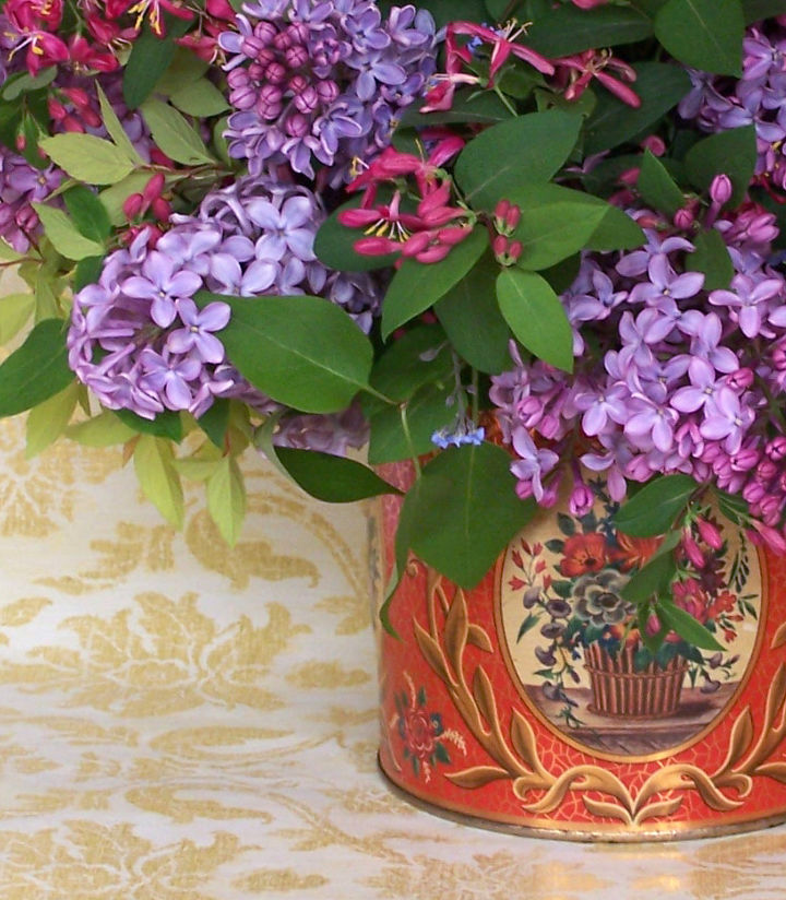Let the colors of the tin's decoration suggest the flower colors.