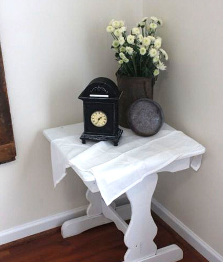 A cute little white side table holds a clock that also received chalkboard paint. And I just HAD to inject a tiny bit of rust somewhere, so the flower vase was the perfect discreet place. :)
