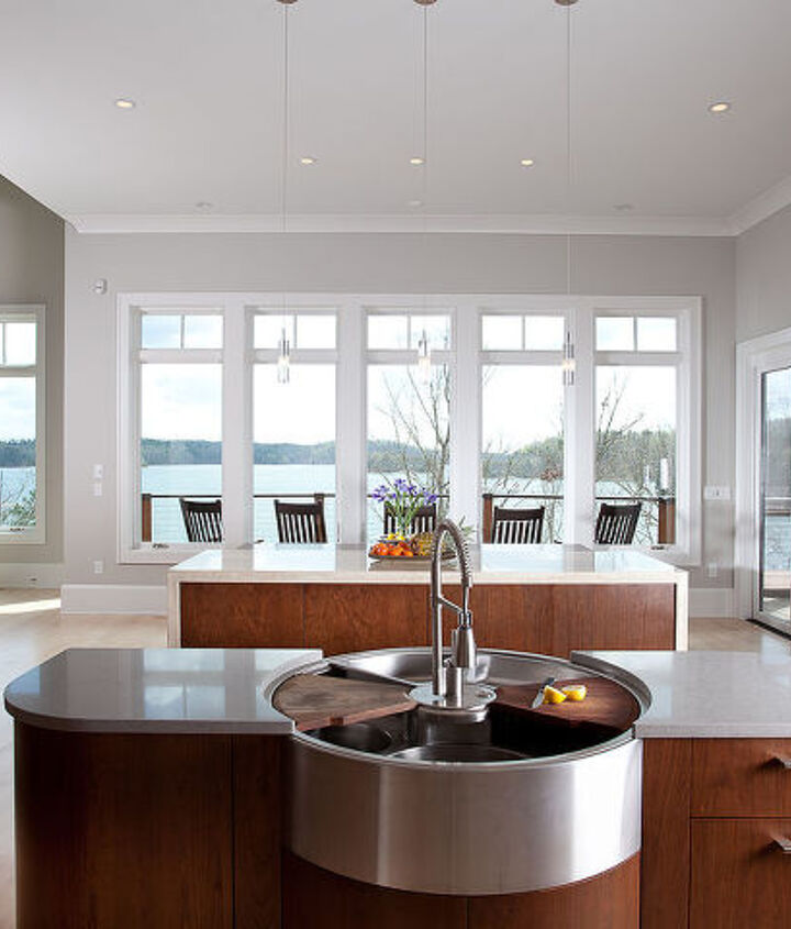 The round sink in the prep island allows family and friends to join in preparing a feast!