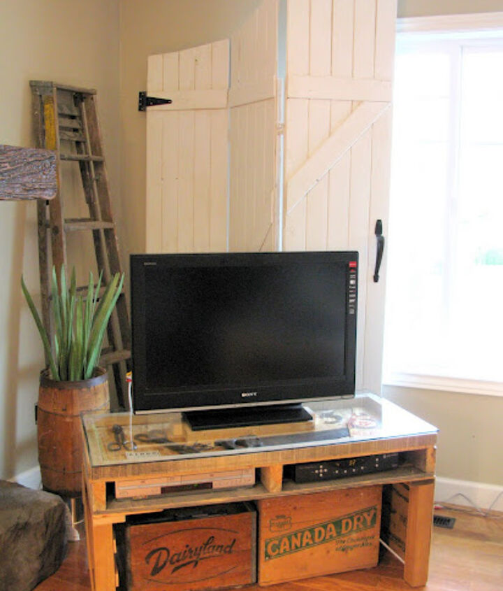 A pallet TV stand! Also by Funky Junk Interiors (Donna).  Notice that the top if this pallet is sunken in so she actually made a display case on over the top! http://funkyjunkinteriors.blogspot.com/2010/04/junkin-tv-stand-for-so-you-think-wk-8_18.html