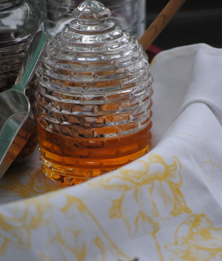 Organic honey is ready to sweeten your smoothie.