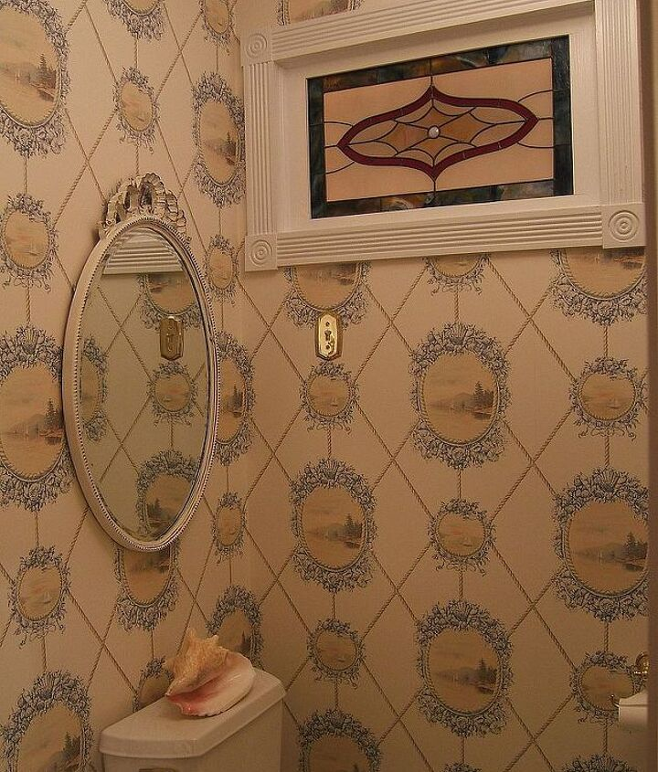 I'm so happy that I could keep this wallpaper and now have a vintage stained glass window in this room.