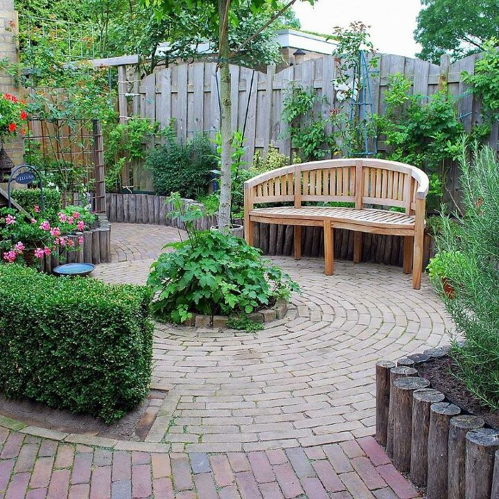 Patio garden with high plantbeds.
