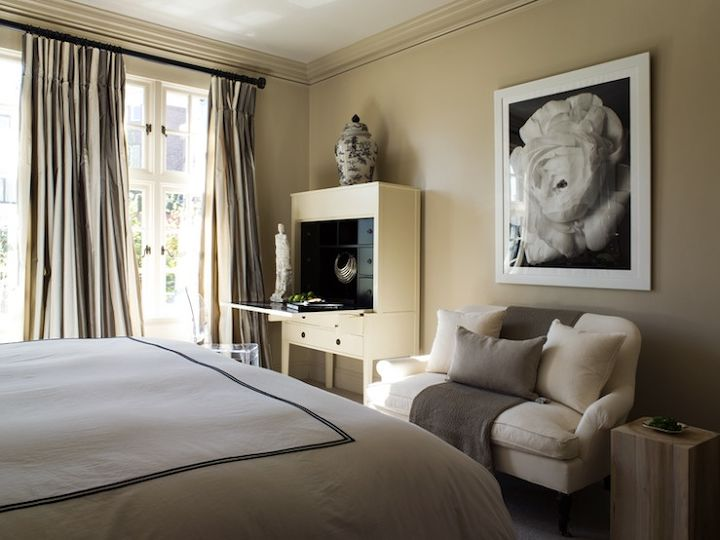 Light khaki walls are ideal in bedrooms for a chic look!