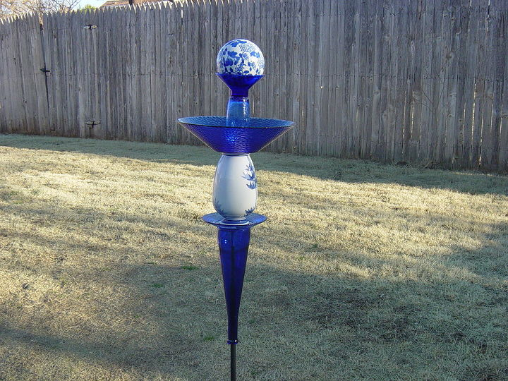 Cobalt Blue yard totem.  Glass redefined and assembled by Nita Hooper.  Needs to set in the middle of a pretty flower bed!