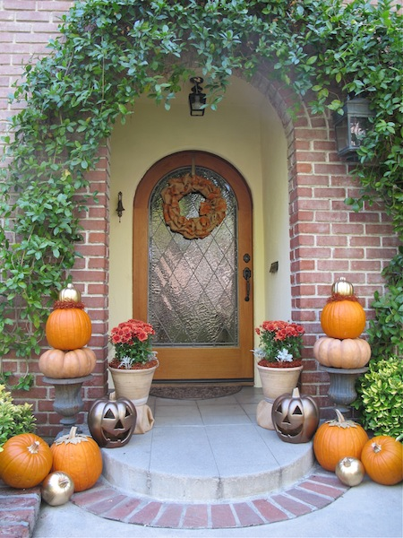 Front fall porch decor by www.mysoulfulhome.com