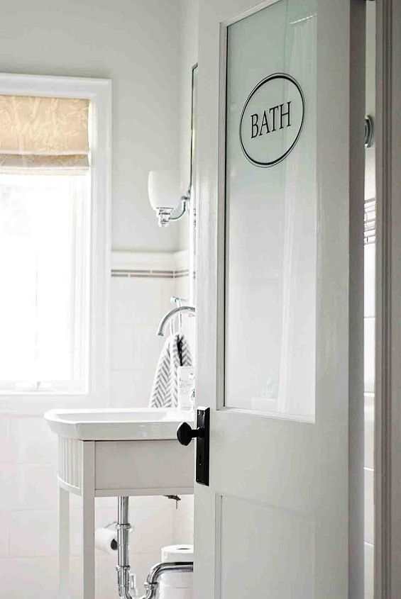 A custom half-frosted door brings in light from the hallway.