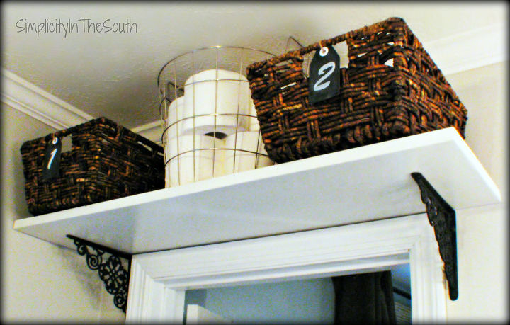 make your own chalkboard tags, chalkboard paint, crafts, mason jars, organizing, DIY chalkboard tags on the baskets for the shelf above the bathroom door