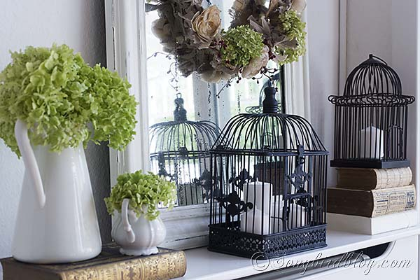 Bird cages, flowers, a mirror with a wreath and vintage books, see here the ingredients of my Fall mantel.