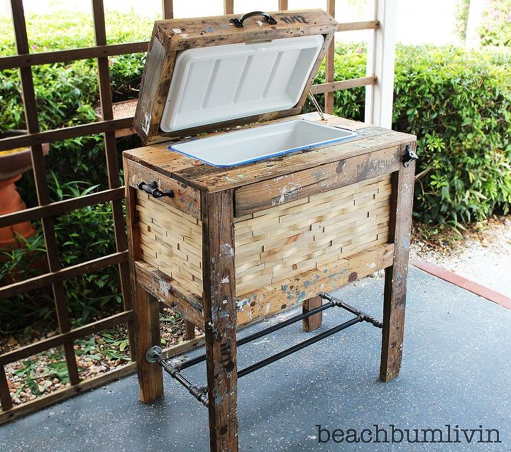 http://beachbumlivin.comCooler Box made from Recycled Pallets! That's a 48 quart cooler on the inside.