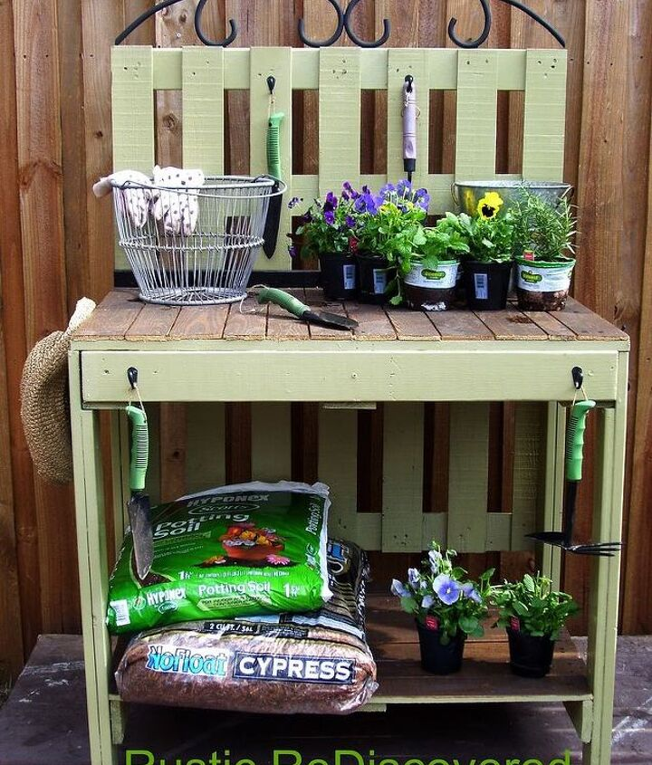 Susan's potting table - can you believe she made this from pallets?! http://www.hometalk.com/988571/pallet-potting-table