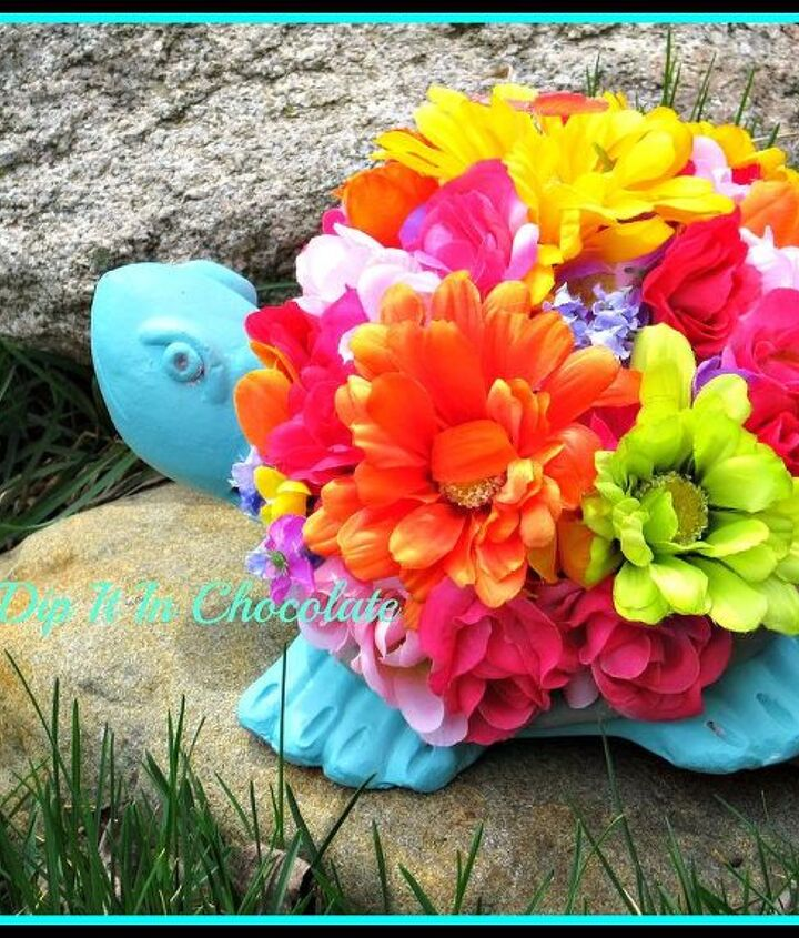 Living in an apartment with no garden, no problem! Bring mother nature inside decorating your critter with flowers.
